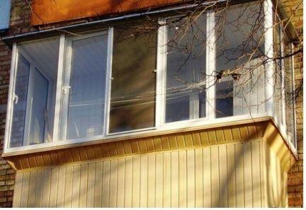 Отделка балкона сайдингом.