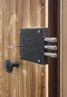 Установка замков на входные металлические двери в челябинске