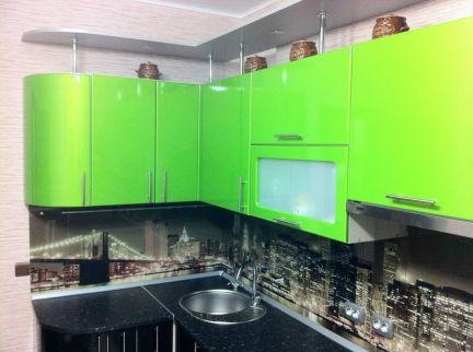 Зеленая кухня черная столешница фото